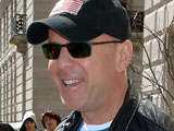 Bruce Willis confronts a photographer in New York