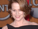 Sigourney Weaver hits out at Academy voters for not giving James Cameron the 'Best Director' Oscar.