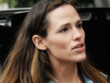 Jennifer Garner picks up her daughter from pre-school class