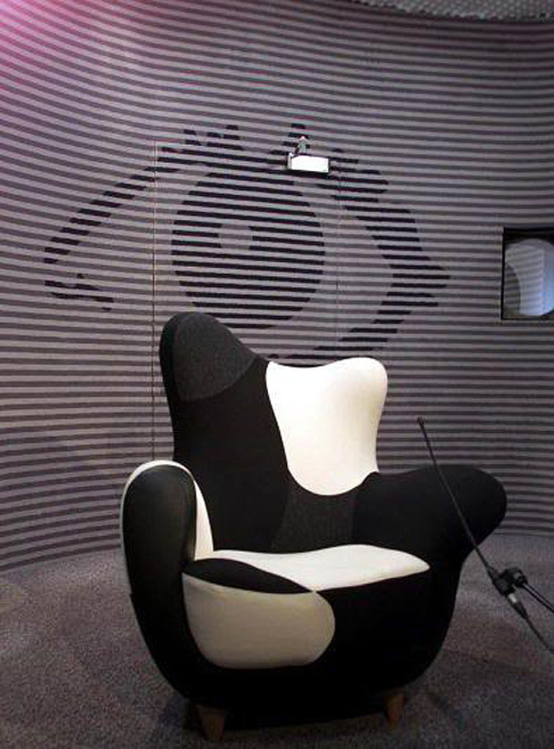 BB2 Diary Room chair