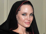 Angelina Jolie vists flood-ravaged Pakistan