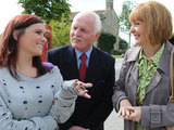 Amy introduces herself to Victoria and charms Val and Eric