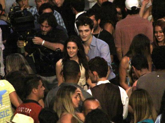 Robert Pattinson and Kristen Stewart pursued by a camera