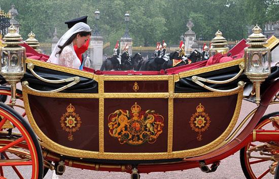 Royal couple arrive at Buckingham Palace