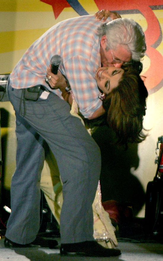 Richard Gere kisses Shilpa