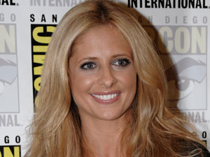 Sarah Michelle Gellar poses for photos at Comic-con 2011