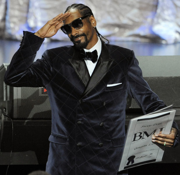 "Snoop Dogg salutes the crowd after winning a BMI award for his song ""Gangsta Luv"" during the 11th Annual BMI Urban Awards"