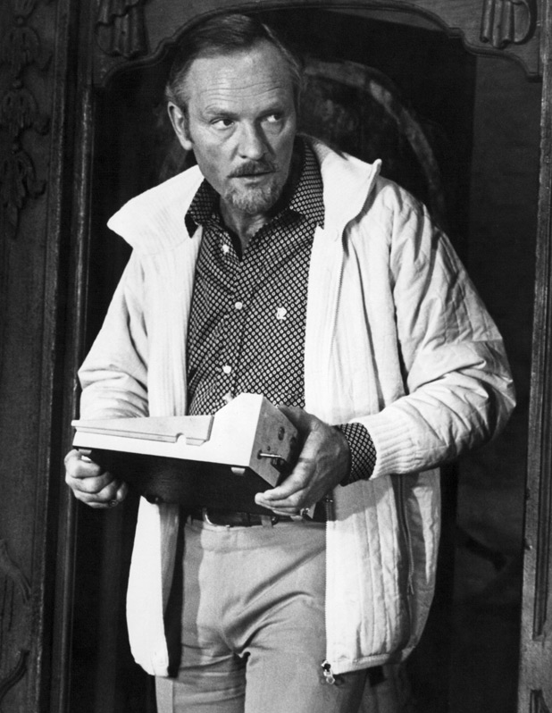 Aris Kristatos (Julian Glover)