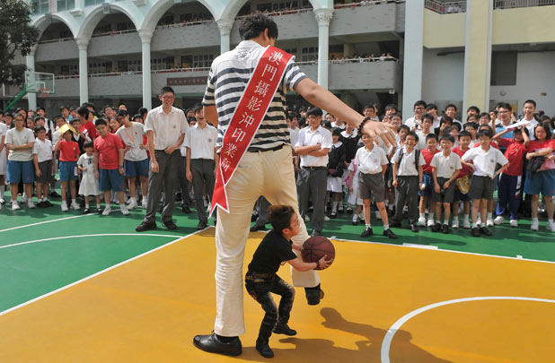 Shortest man in China and Tallest man in Asia visit a middle school in Macao, China