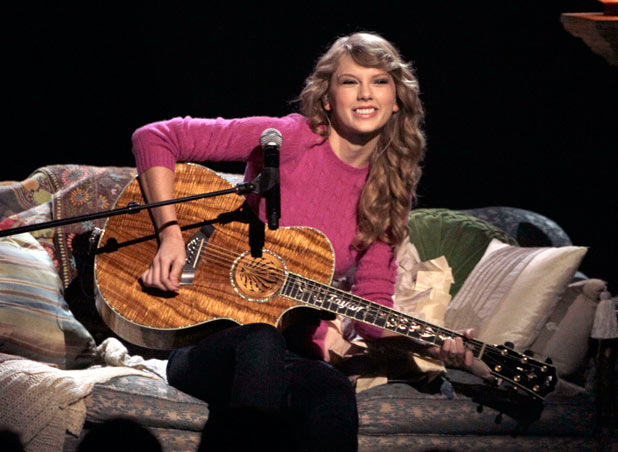 Taylor Swift performing 'Ours'.
