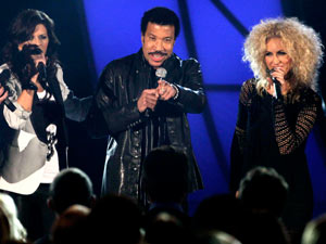 Lionel Richie joins Little Big Town for a performance of 'Deep River Woman'.
