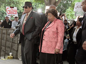 Michael Jackson&#39;s parents Joe and Katherine Jackson arrive at the courthouse after it was announced that jurors had reached a verdict 