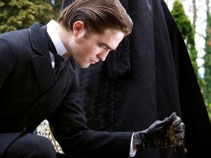 Robert Pattinson as Georges Duroy and Uma Thurmanas Madeleine Forestier in Bel Ami