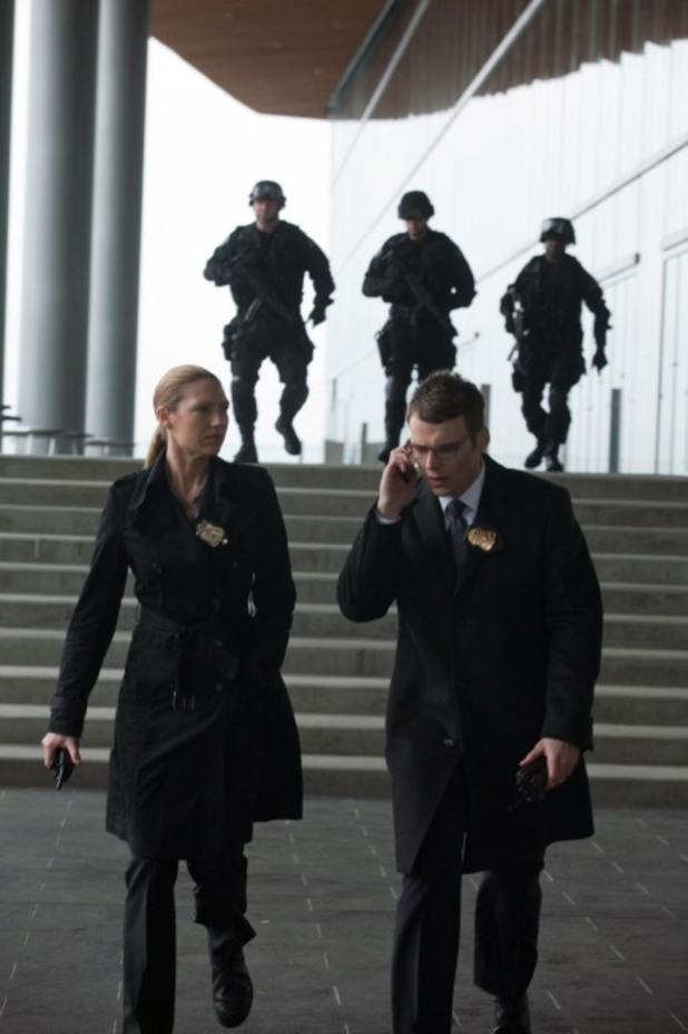 Olivia (Anna Torv, L) and Lincoln (Seth Gabel, R)