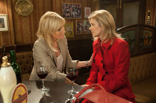 Leanne arrives at the Rovers to a waiting Stella