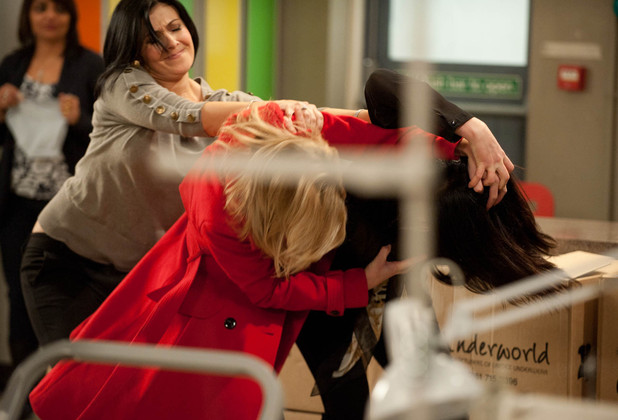 Leanne Barlow (Jane Danson) attacks Carla Connor (Alison King)