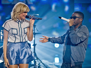"Tinchy Stryder and Pixie Lott perform ""Bright Lights""."