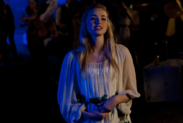 Mini (Freya Mavor)