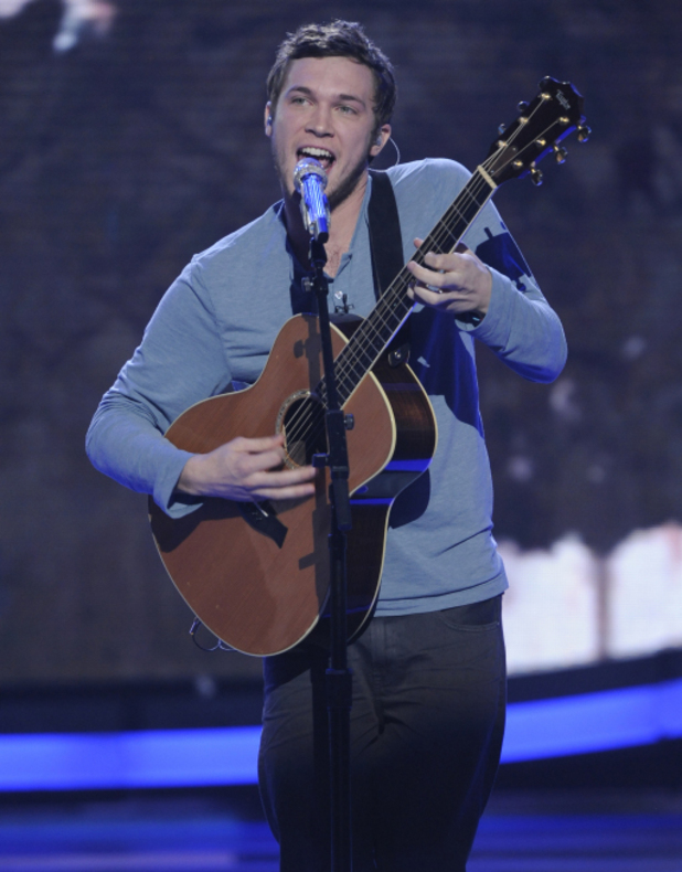 Phillip Phillips performs