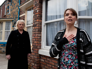 Eileen is shocked when she returns home and Lesley is nowhere to be seen. She runs out to look for her and bumps into Tracy desperately hunting fro Amy