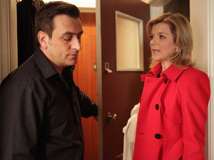 Peter visits Leanne and demands to know why she is trying to turn Simon against Carla