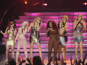 &#39;American Idol&#39; final: Chaka Khan performs with Skylar Laine, Hollie Cavanagh, Shannon Magrane, Elise Testone and Erika van Pelt