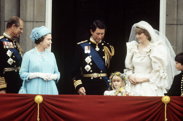 Prince philip the queen prince charles and princess for Queens wedding balcony