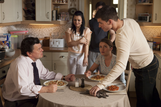 Joey provokes Derek by bringing friends to the family lunch.
