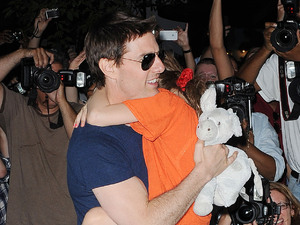Tom Cruise, with daughter Suri runs a gauntlet of photographers in New ...