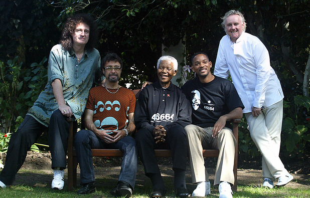 Nelson Mandela poses with Brian May, Paul Rodgers, Will Smith and Roger Taylor