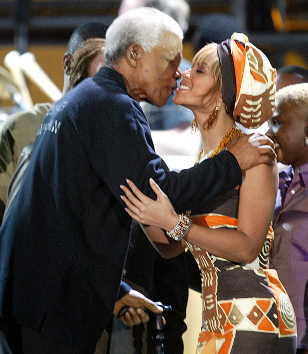 Nelson Mandela kisses Beyonce Knowles