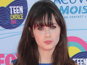 Zooey Deschanel arrives on the pink carpet at the Teen Choice Awards 2012