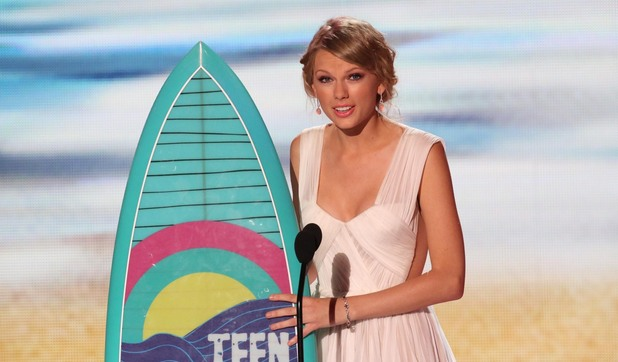 Taylor Swift wins the Female Artist award