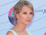 Taylor Swift arrives on the pink carpet at the Teen Choice Awards 2012