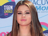 Selena Gomez arrives on the pink carpet at the Teen Choice Awards 2012