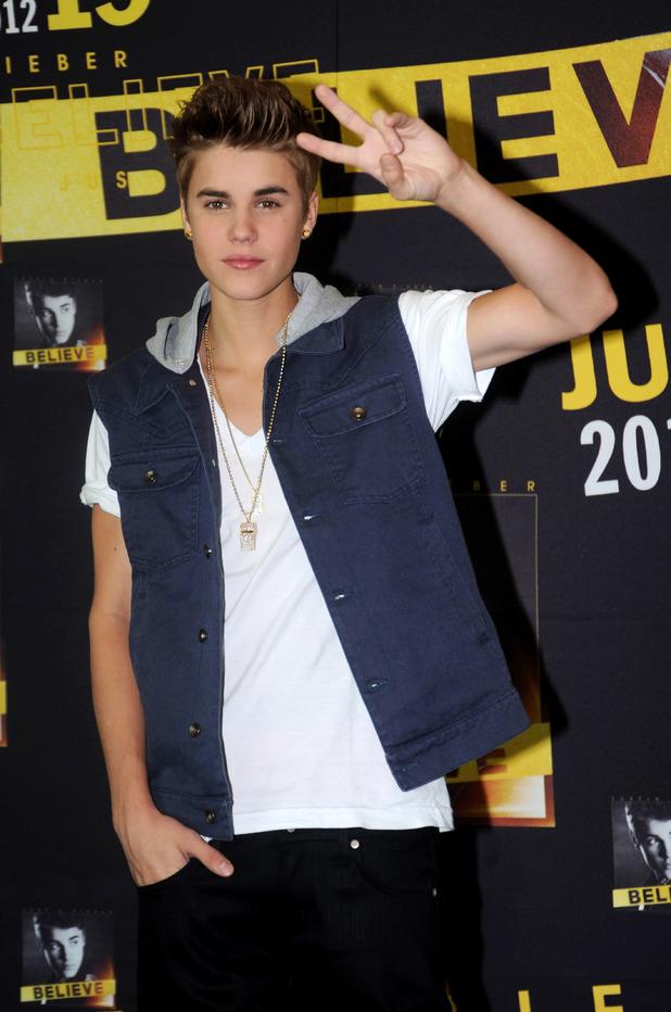 Bieber peace sign