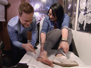 X Factor contestant Lucy gets Olly Murs' name tattooed on her foot after losing bet