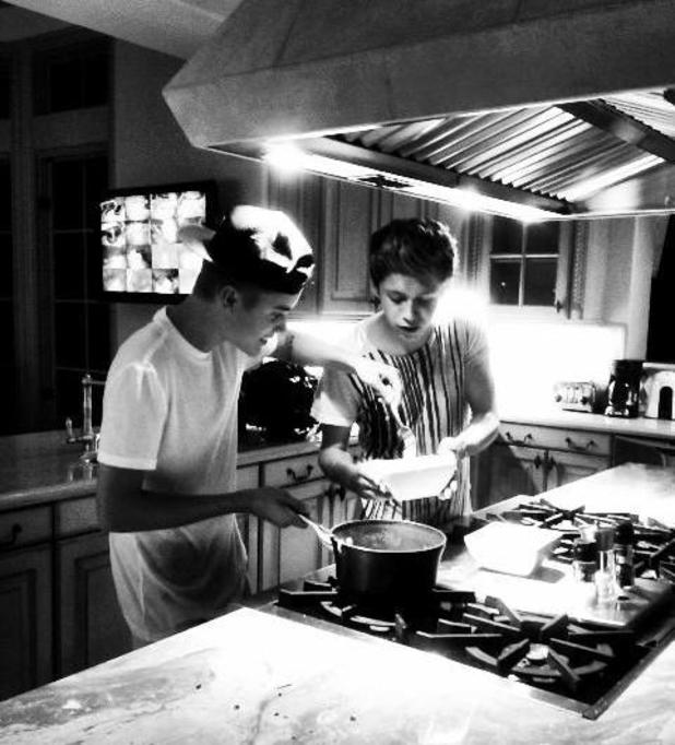 Justin Bieber and One Direction star Niall Horan cook noodles after the MTV VMAs.