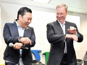 Google&#39;s Eric Schmidt dances Gangnam Style