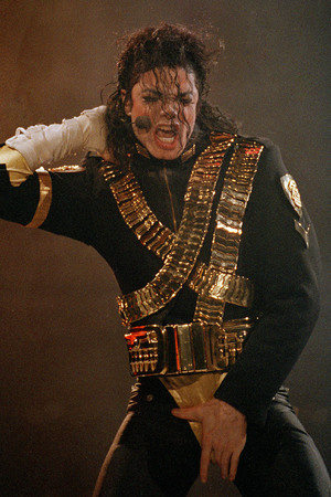 Michael Jackson realizando.