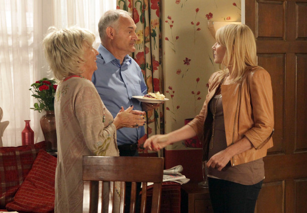 Gloria welcomes the first B&B guest to the Rovers. Things go smoothly until Stella arrives back earlier than expected and tells Gloria to get rid of the guest