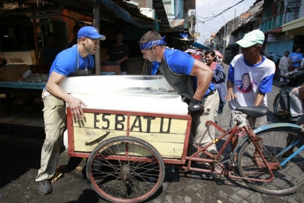 In Detour A, Chippendale Friends Jaymes and James must deliver ten blocks of ice to the Pasar Ikan Pabean fish market in order to receive the next clue on 'The Amazing Race' (07/10/2012)