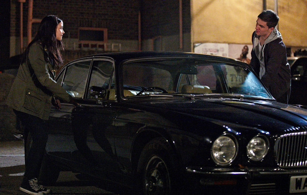 Lauren and Joey steal Derek&#39;s car and plan to run away together. 