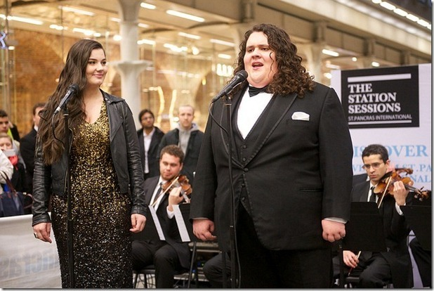 Jonathan & Charlotte sings at London&#39;s St. Pancras International.