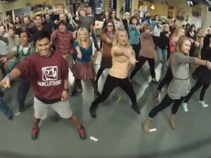 'The Big Bang Theory' flashmob to 'Call Me Maybe' - video