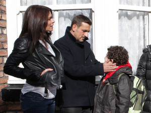 8013: Ken, Gail and Stella gather to wave off Nick, Leanne and Simon. But just as they are about to depart, Peter steps out of a taxi with Carla