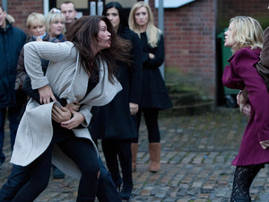 8014: Leanne and Carla have a heated argument as Simon claims that Carla tried to drive him home while drunk