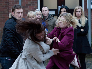 8014: Leanne and Carla's argument quickly turns into a catfight