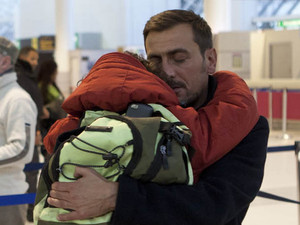 8018: Simon emerges at the airport after going missing to say a final goodbye to Peter