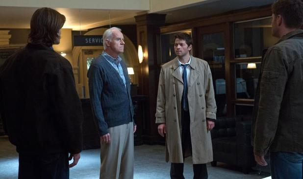 "Supernatural (""Hunteri Heroici"" - S08E08): Jared Padalecki as Sam, Mike Farrell as Fred, Misha Collins as Castiel, and Jensen Ackles as Dean"